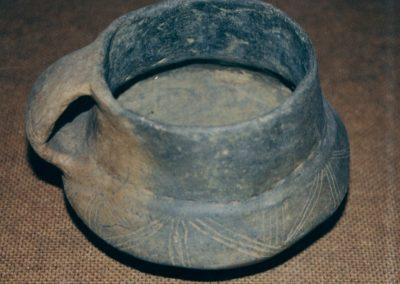 Archeologia - naczynie z badań wykopaliskowych na cmentarzysku kultury pomorskiej w Mierzynie