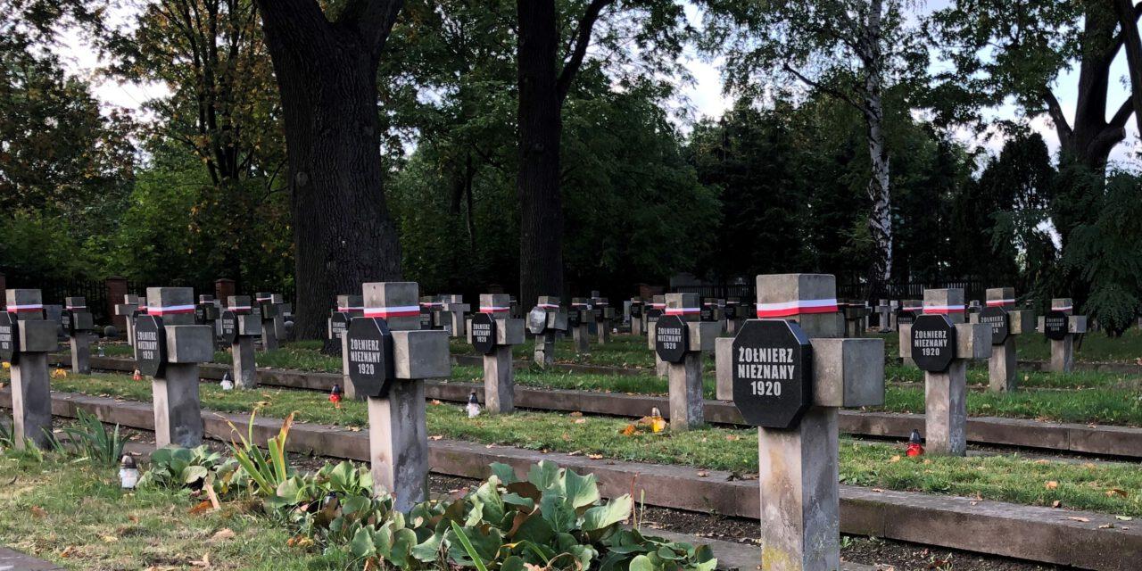 prace porządkowe na piotrkowskim cmentarzu wojennym